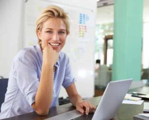 Therapeutin lernt online ein neues Therapiekonzept kennen.